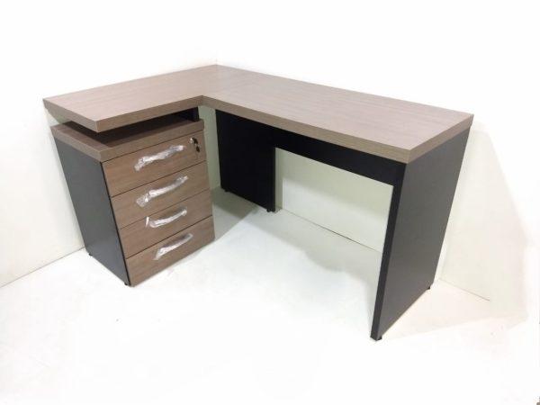 Mesa em ¨L¨ com gaveteiro acoplado